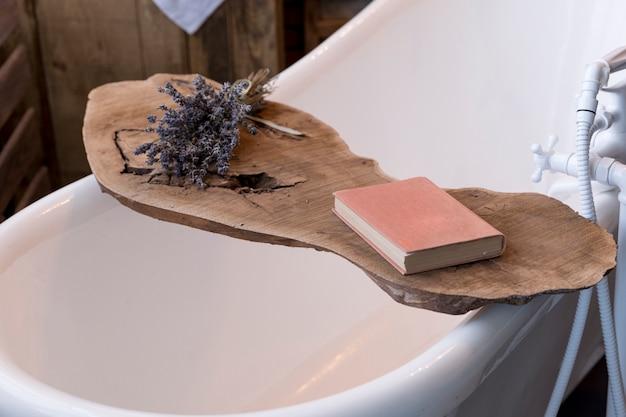 Close-up van een vintage badkuip houten steun