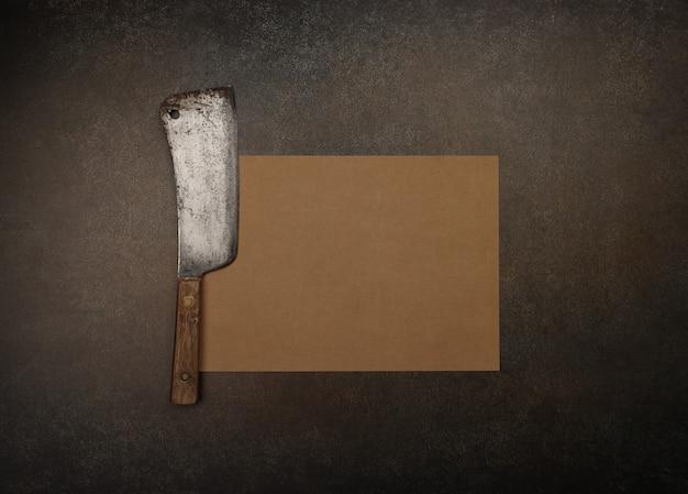 Close-up van een vintage slager vleesmes en bruin papier op snijplank of grunge bruin tafeloppervlak met kopieerruimte, vleesmenu of receptsjabloon, verhoogd bovenaanzicht, direct boven