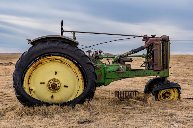 Close up van een vintage tractor verlaten in een weiland op de prairies in saskatchewan