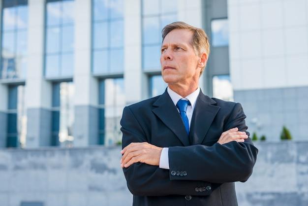 Close-up van een volwassen zakenman met gekruiste armen
