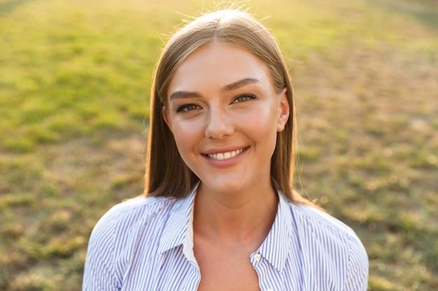 Close up van een vrolijke jonge vrouw in het park