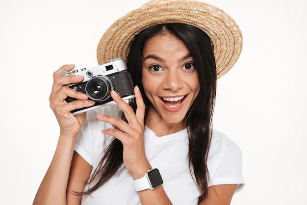 Close up van een vrolijke jonge vrouw in hoed