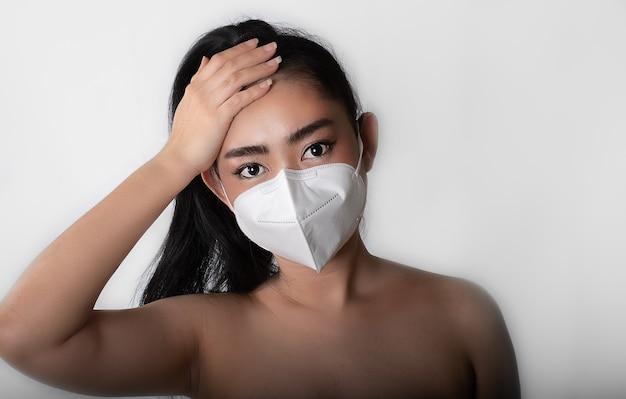 Close-up van een vrouw die een gasmasker n95-masker opzet om te beschermen