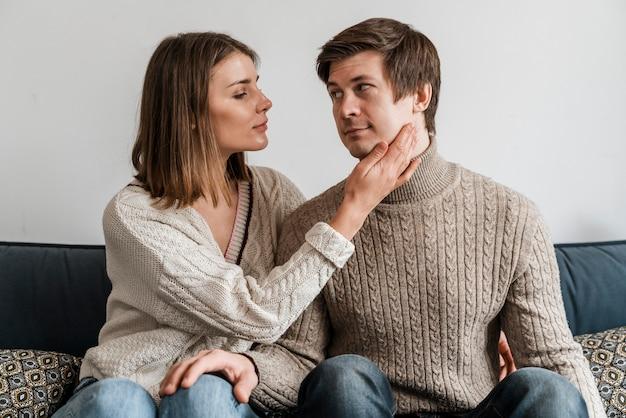 Close-up van een vrouw die haar echtgenoot aanraakt
