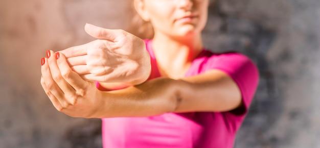 Close-up van een vrouw die haar vingers met hand uitrekt