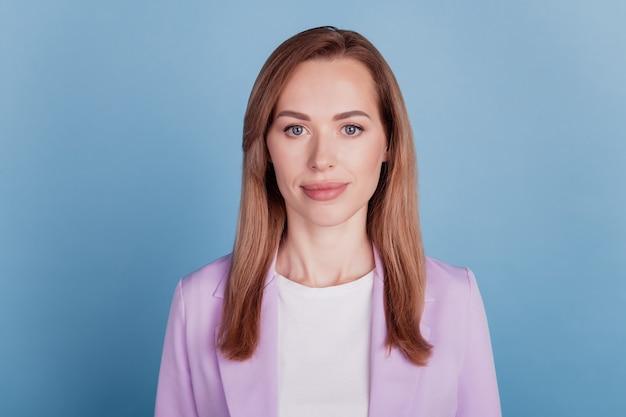 Close-up van een vrouw die lacht goed humeur op blauwe achtergrond