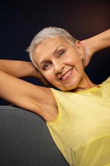 Close-up van een vrouw die op een stoel zit