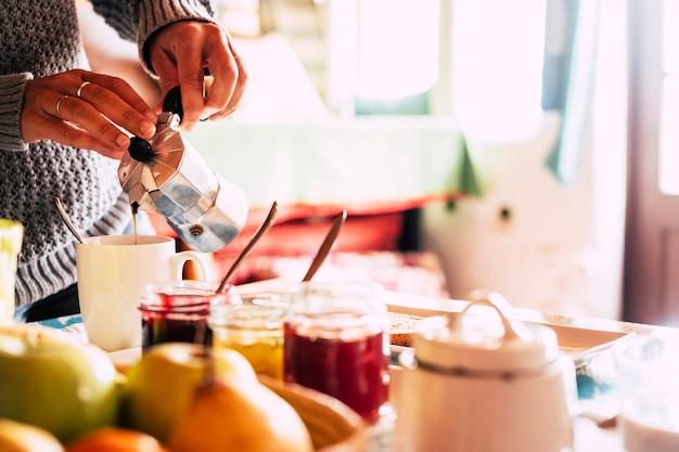 Close-up van een vrouw die traditionele koffie serveert en doet