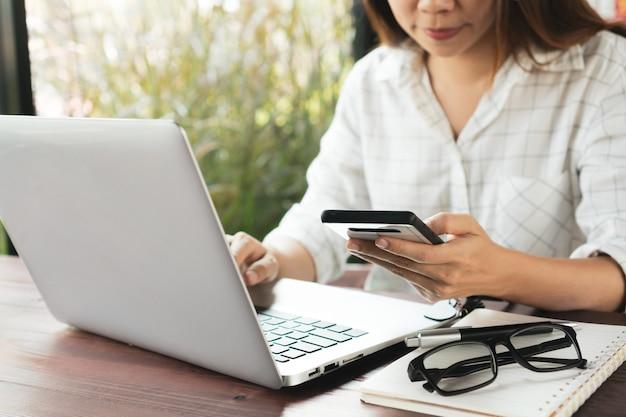 Close up van een vrouw die werkt op een computer