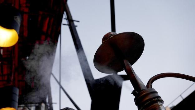 Close-up van een waterpijpkom met buiten houtskoolwaterpijpbar