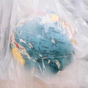 Close-up van een wereldbol in transparante plastic zak