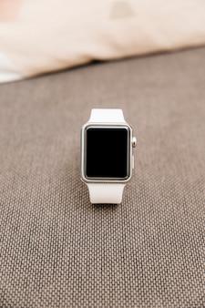 Close-up van een witte smartwatch met zwart scherm