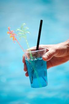 Close-up van een zachte cocktail op de achtergrond van een vijver