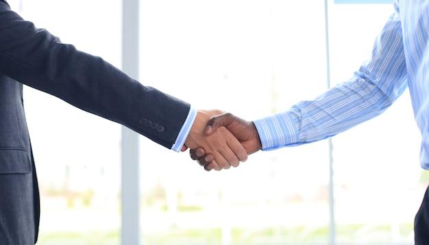 Close-up van een zakelijke handbeweging tussen twee collega's