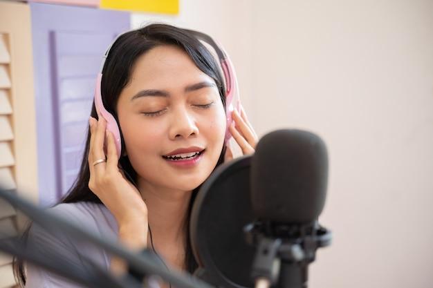 Close up van een zangeres die een koptelefoon draagt tijdens het zingen
