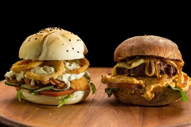 Close-up van een zelfgemaakte hamburger op een houten bord hakken