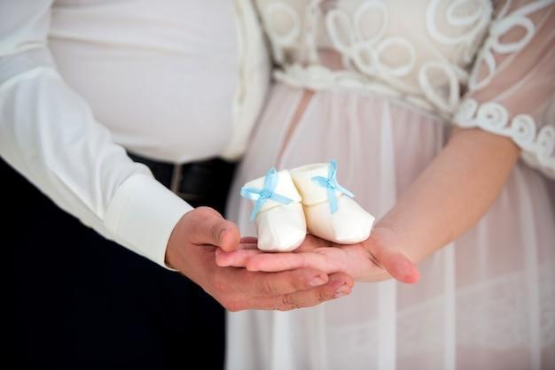 Close-up van een zwangere buik gelukkige ouders die op de zoon wachten