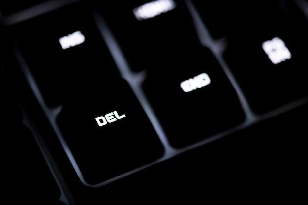 Close-up van een zwart computertoetsenbord en del-knoop