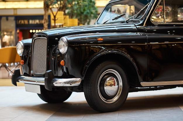 Close-up van een zwarte vintage auto vooraanzicht van retro auto