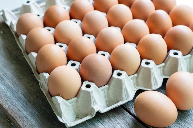 Close up van eieren in de papierlade