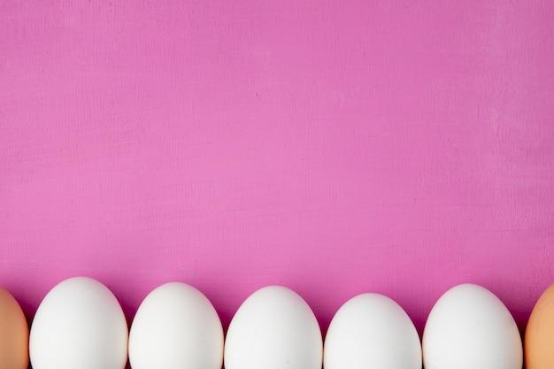 Close-up van eieren op paarse achtergrond met kopie ruimte