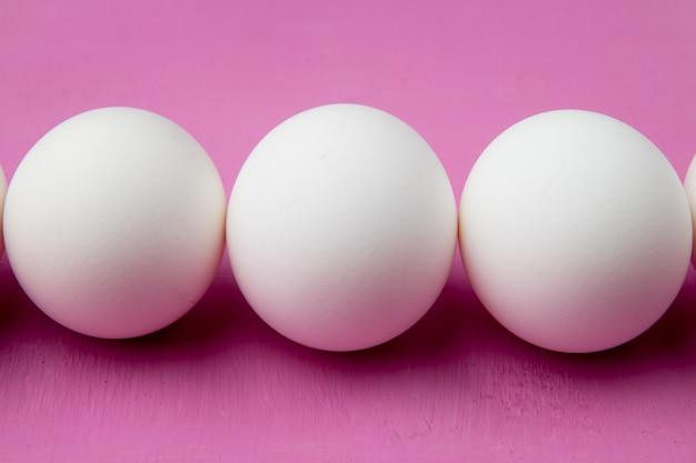 Close-up van eieren op paarse achtergrond