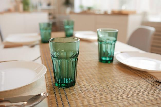 Close-up van elegante tafel serveren set voor zes gasten in minimaal keukeninterieur