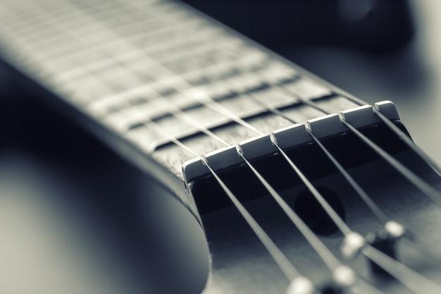 Close-up van elektrische gitaar toets met snaren. afgezwakt