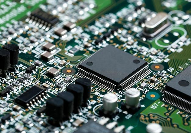 Close-up van elektronische printplaat met cpu microchip elektronische componenten achtergrond