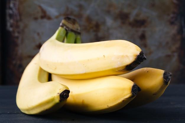 Close up van enkele bananen op rustieke tafel