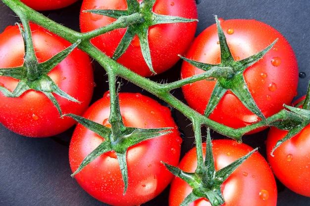 Close-up van enkele rijpe tomaten op de wijnstok