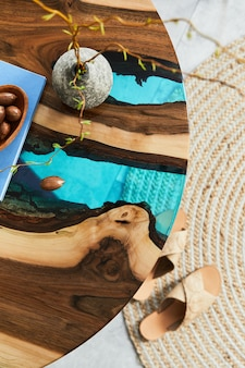 Close up van epoxy houten salontafel met glas, noten en boek. details. textuur.