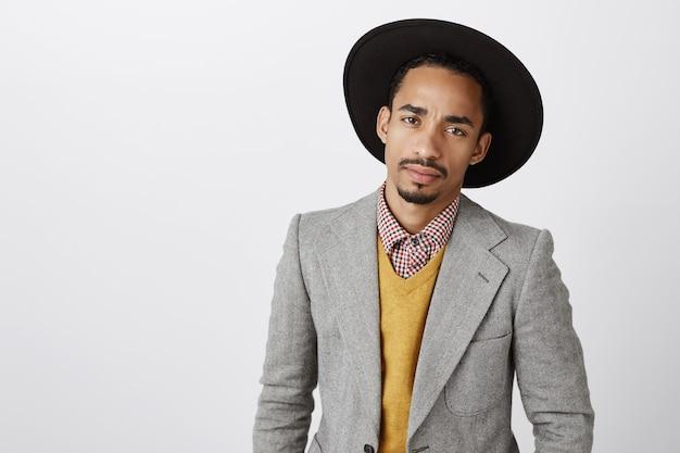Close-up van ernstig ogende afro-amerikaanse zakenman in stijlvol pak
