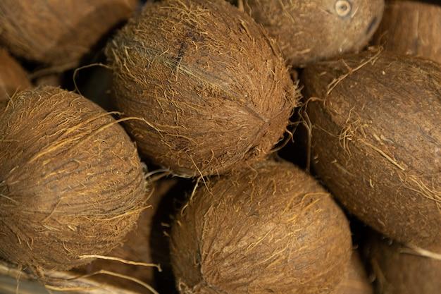 Close-up van exotische kokosnoot op supermarktteller