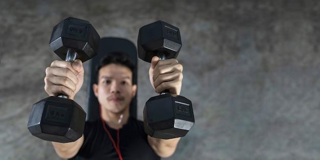Close-up van fitness man, knappe atletische kerel training met halters