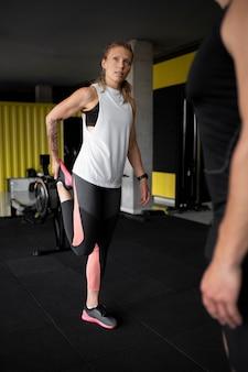 Close-up van fitte mensen in de sportschool
