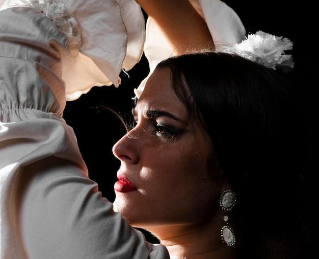 Close-up van flamenca die handen opheft