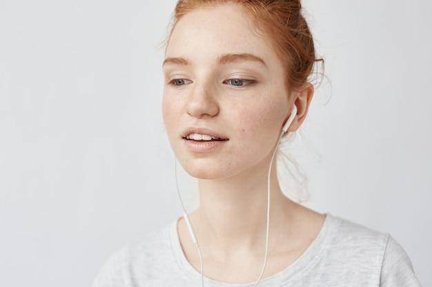 Close-up van foxy vrouw het luisteren muziek in hoofdtelefoons het genieten van.