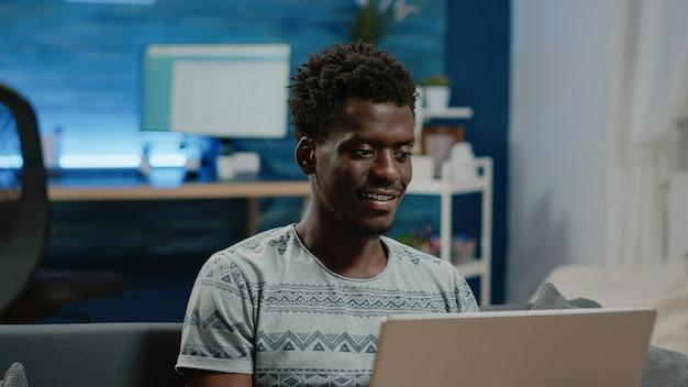 Close up van freelancer die laptop gebruikt voor communicatie op afstand