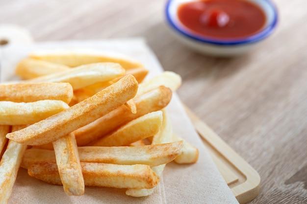Close-up van frietjes met een tomatensaus op tafel