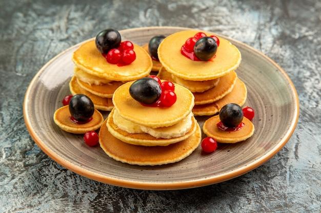 Close-up van fruit pannenkoeken op grijs