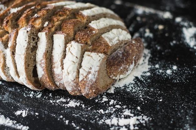 Close-up van gebakken broodplakken op zwarte achtergrond