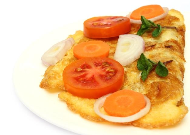 Close-up van gebakken ei met salade op plaat