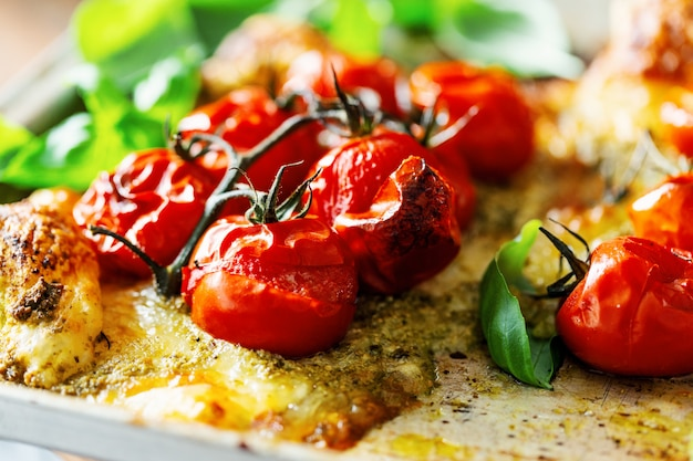 Close-up van gebakken tomaten op taart