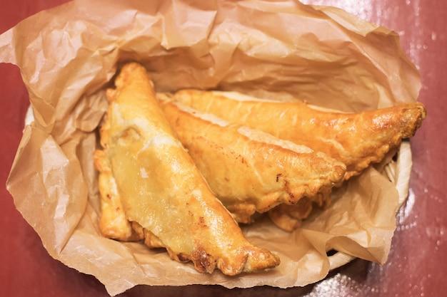 Close-up van gebakken vleespasteitjes gebak met gemengd vlees en gekruide groenten