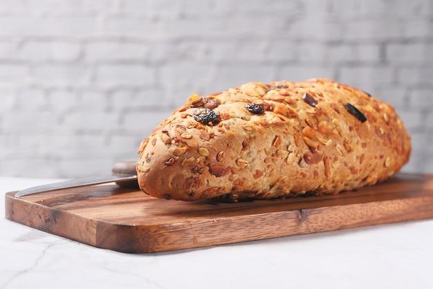 Close-up van gebakken wenkbrauwbrood op snijplank.