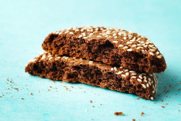 Close-up van gebarsten in twee helften chocoladekoekje