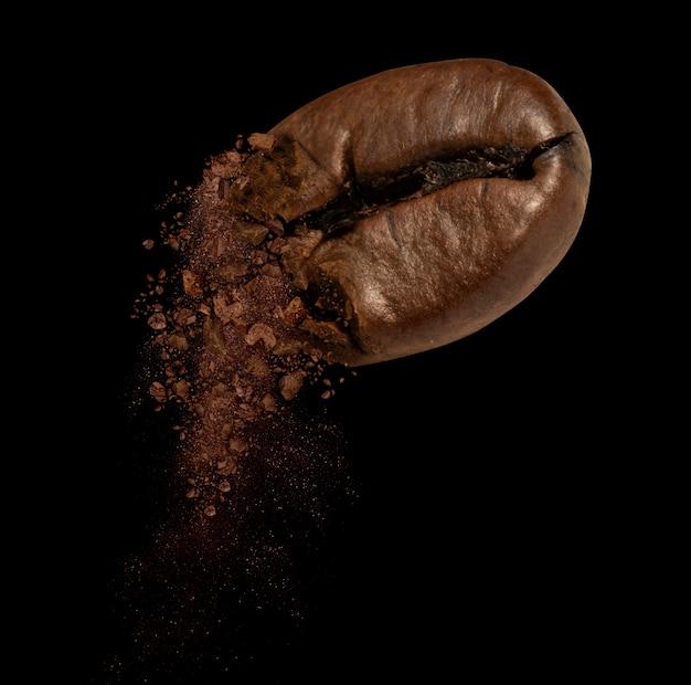Close-up van gebarsten koffieboon