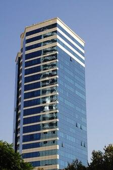 Close up van gebouwen en wolkenkrabbers in het centrum van izmir, turkije