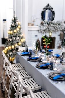 Close up van gedecoreerde tafel in witte en blauwe kleuren